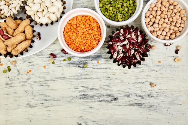 Tazones de varios colección conjunto de frijoles y legumbres. Foto Premium