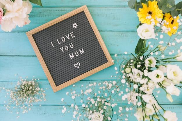 Te amo mamá inscripción con flores Foto gratis