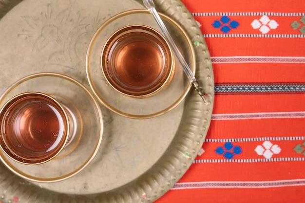 Té árabe en vasos en bandeja Foto gratis