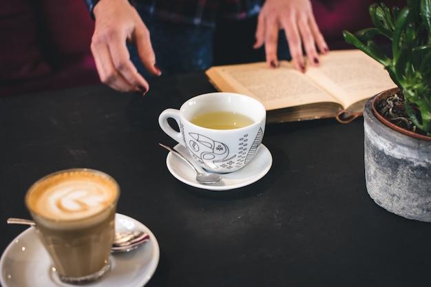 El té y el café se rompen con un libro Foto gratis