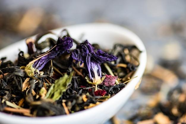 Té floral en un tazón Foto Premium
