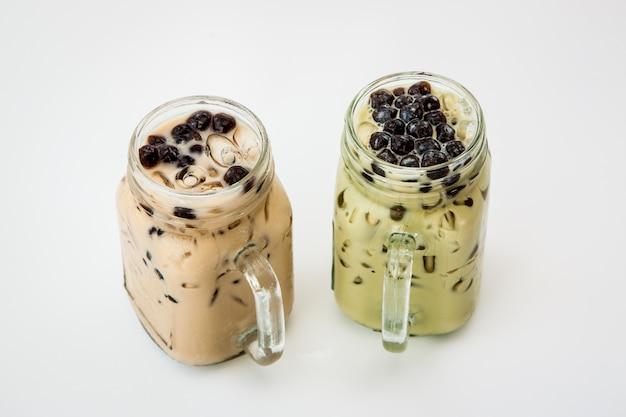 Té helado de taiwán y té verde de taiwán con leche y burbuja boba Foto Premium