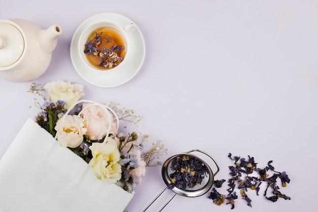 Té de hierbas y flores en plano Foto gratis