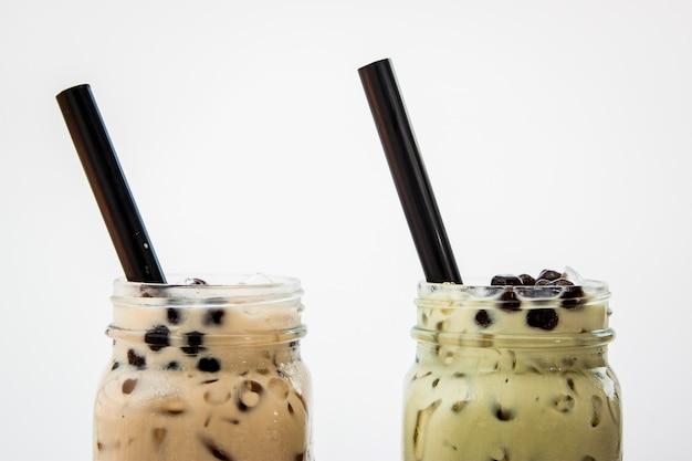 Té con leche helada y té verde con leche helada y burbuja boba con starw Foto Premium