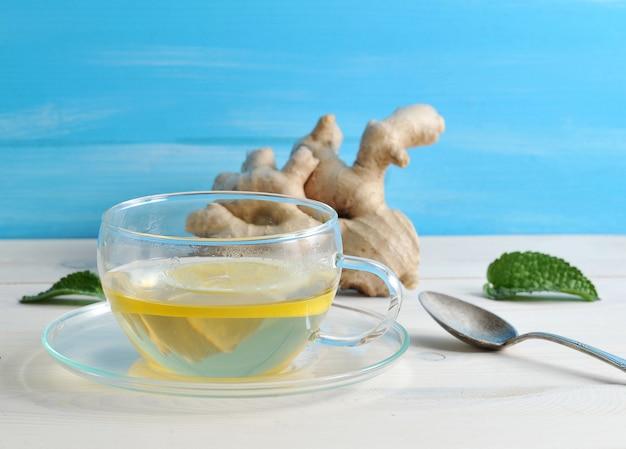 Té con limón y menta en un recipiente de vidrio en el fondo Foto Premium
