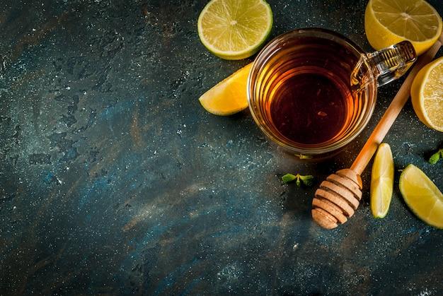 Té negro con limón y menta sobre fondo de piedra de hormigón azul oscuro Foto Premium