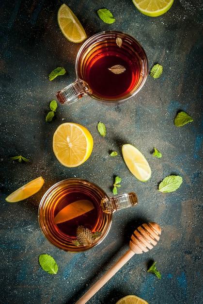 Té negro con limón y menta sobre piedra de hormigón azul oscuro, vista superior de copyspace Foto Premium