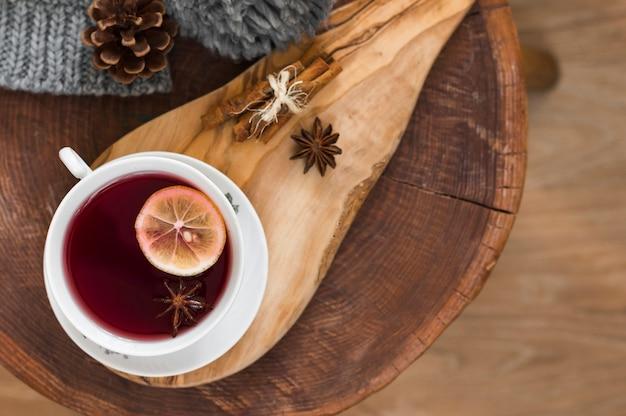 Té rojo con limón en tablero de madera Foto gratis