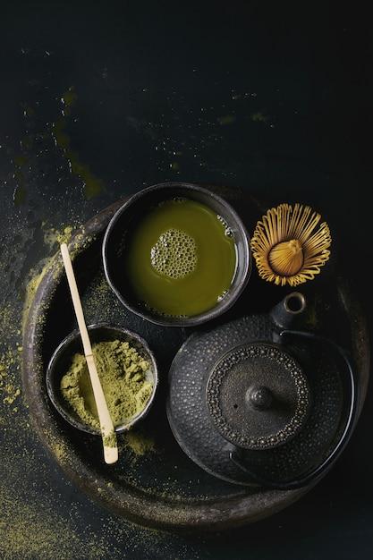 Té verde matcha en polvo y bebida Foto Premium