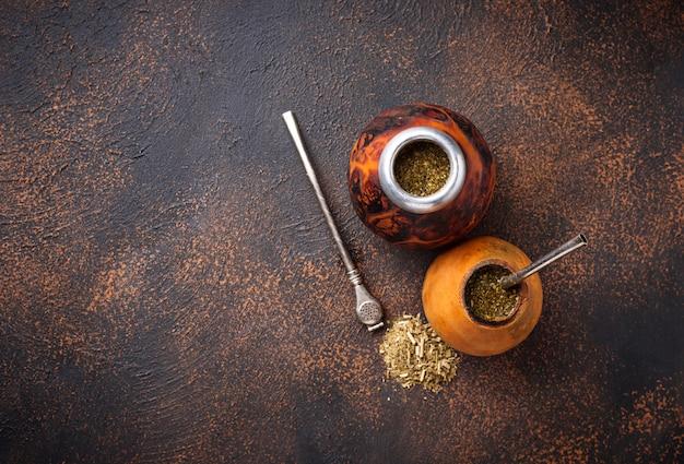 Té de yerba mate con calabaza y bombilla. Foto Premium