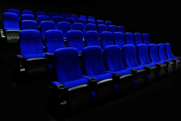 Teatro vacío del auditorio o cine con asientos azules. Foto Premium