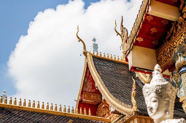 El techo del templo negro tiene un alambre de arquitectura lanna y estatuas de ángeles alrededor. Foto Premium