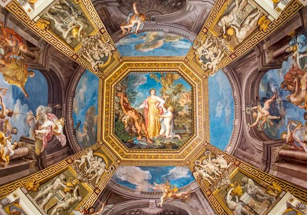 Techos de pintura (fresco) en el museo vaticano. Foto Premium