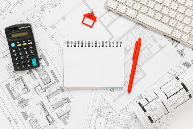 Teclado; diario y calculadora sobre fondo plano Foto gratis