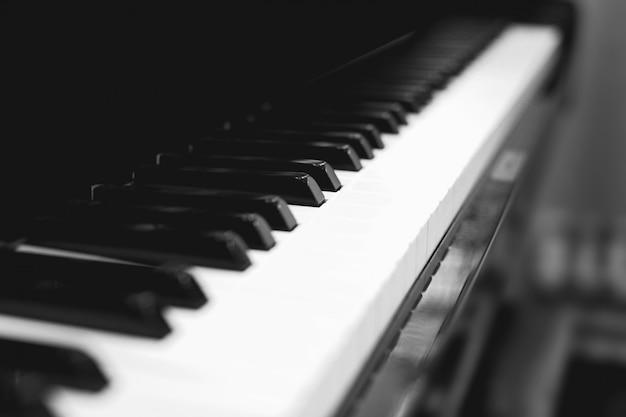 Teclado de piano de cola, fondo borroso suave, blanco y negro Foto Premium
