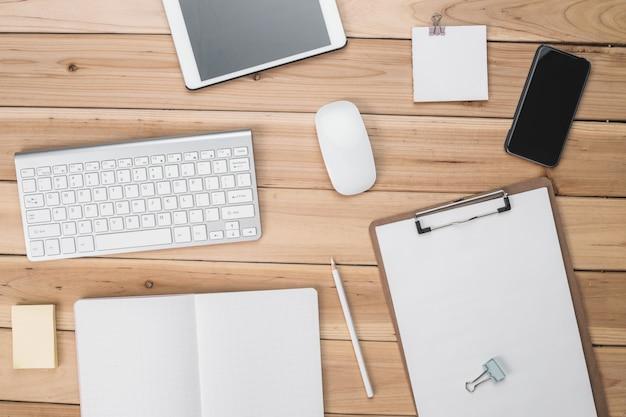 Teclado, ratón, tablet y lista de comprobación Foto Gratis