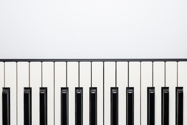 Teclas de piano con espacio de copia, aisladas para el diseño, vista desde arriba, plano. Foto Premium