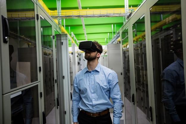 Técnico con casco de realidad virtual Foto Premium