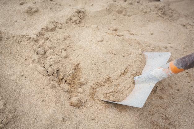 Los técnicos de construcción están mezclando cemento, piedra, arena para la construcción. Foto gratis