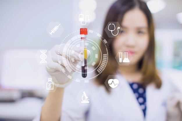 La tecnología innovadora con una interfaz moderna en ciencia y medicina muestra un tubo de sangre para el chequeo de salud. Foto Premium