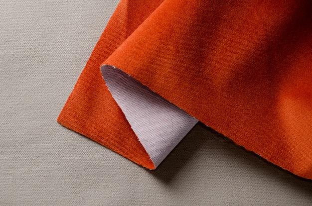 Tejidos de terciopelo suave de color beige y coral. textura de la tela Foto Premium