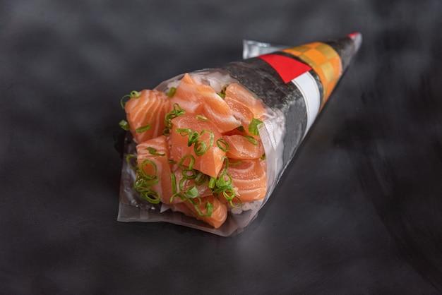 Temaki delicioso y hermoso sobre la mesa Foto gratis