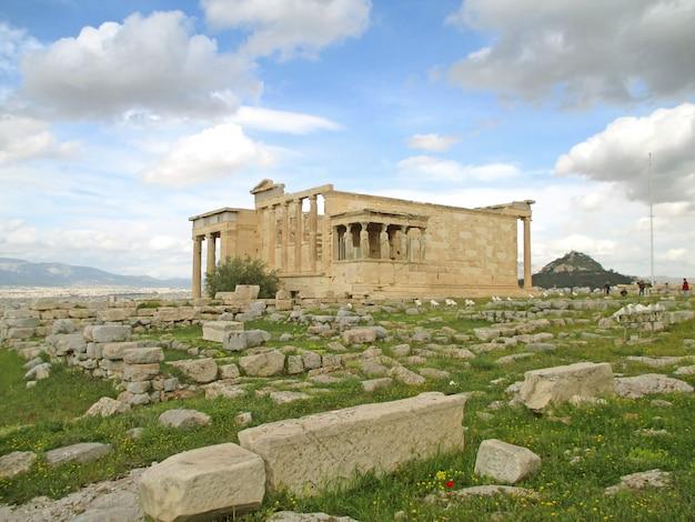 Templo griego antiguo de erecteion con las famosas columnas cariátides, la acrópolis de atenas, grecia Foto Premium