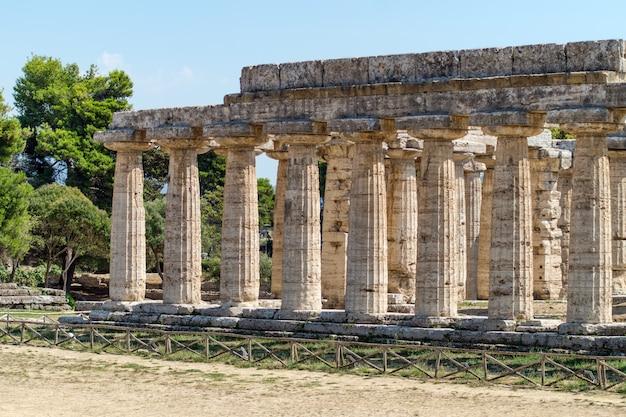 Templo griego clásico en las ruinas de la antigua ciudad de paestum, italia Foto Premium