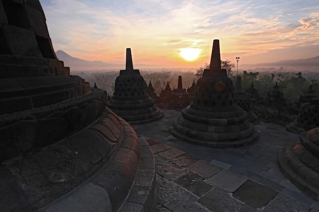 Templo de orobudur, amanecer indonesia Foto Premium