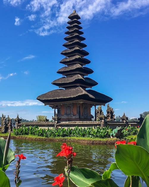 Templo de pura ulun danu bratan en un lago beratan. bali, indonesia. Foto Premium
