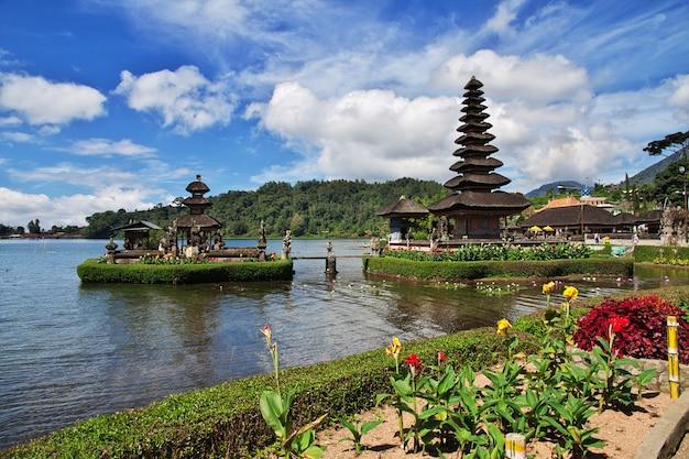 Templo ulun danu bratan en bali, indonesia Foto Premium