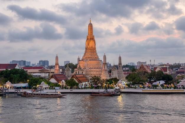 Templo de vista nocturna de wat arun en bangkok, tailandia Foto Premium