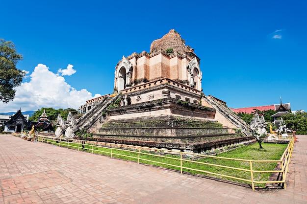 Templo wat chedi luang en chiang mai en tailandia Foto Premium