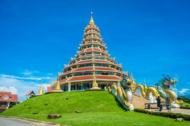 Templo wat huay pla kung con el símbolo del dragón, atracciones religiosas de chiang rai Foto Premium