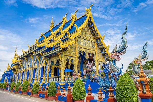 Templo de wat rong sua ten con fondo de cielo azul, provincia de chiang rai, tailandia, Foto Premium