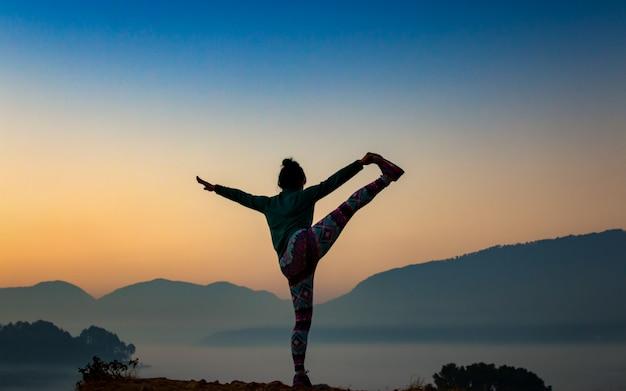 Temprano en la mañana haciendo ejercicio en la colina chobar, katmandú, nepal. Foto Premium