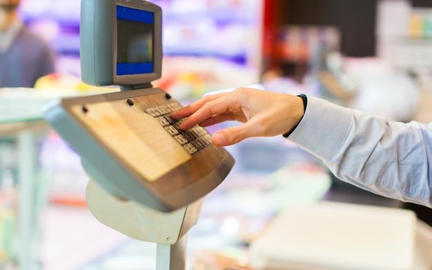Tendero en el trabajo en la tienda de comestibles Foto Premium