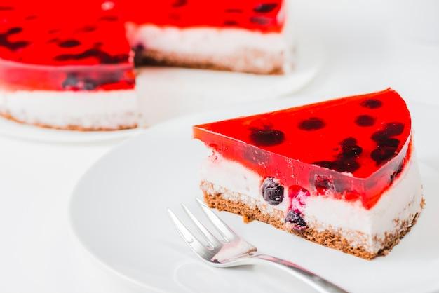 Tenedor y rebanada de pastel en un plato blanco | Descargar Fotos gratis