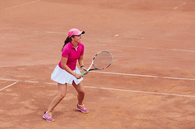 b69da3f0b9 Tenista. hermosa mujer joven jugando al tenis