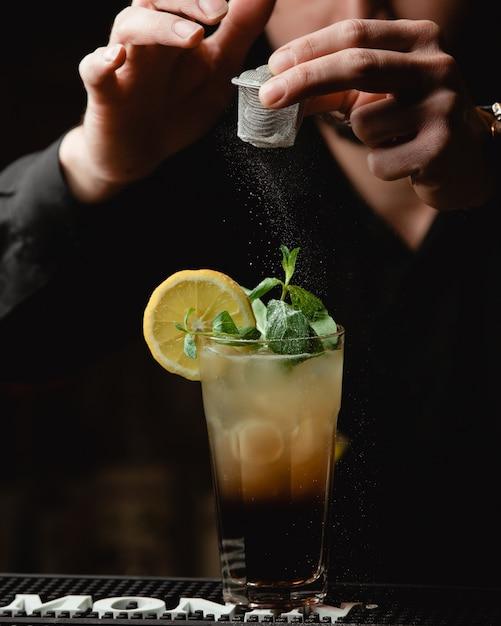 Tequila sunrise con rodaja de limón y sal Foto gratis