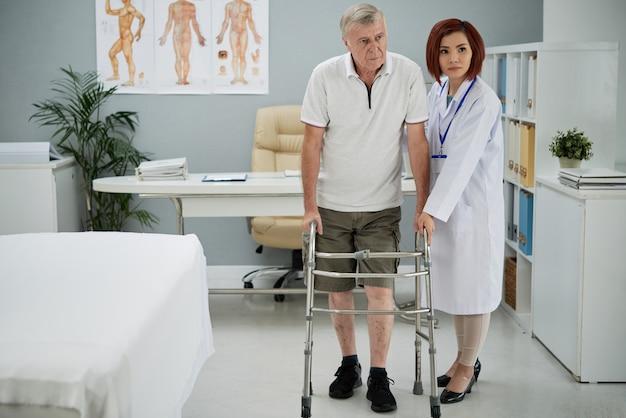 Terapeuta ayudando al paciente Foto gratis