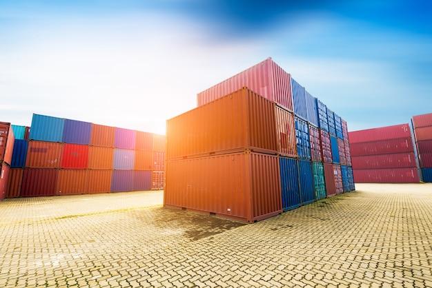 Terminales de transporte de contenedores Foto Premium