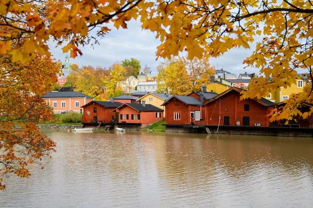 El terraplén de granito con casas rojas y graneros Foto Premium