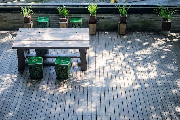 terraza con una mesa de madera y plantas foto gratis