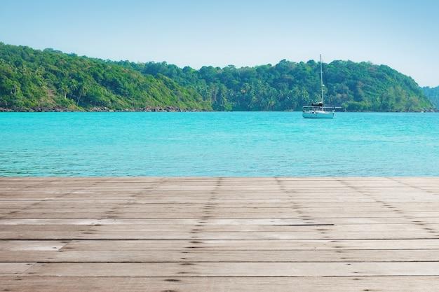 Terraza De Madera En La Playa Y La Luz Del Sol Foto Premium