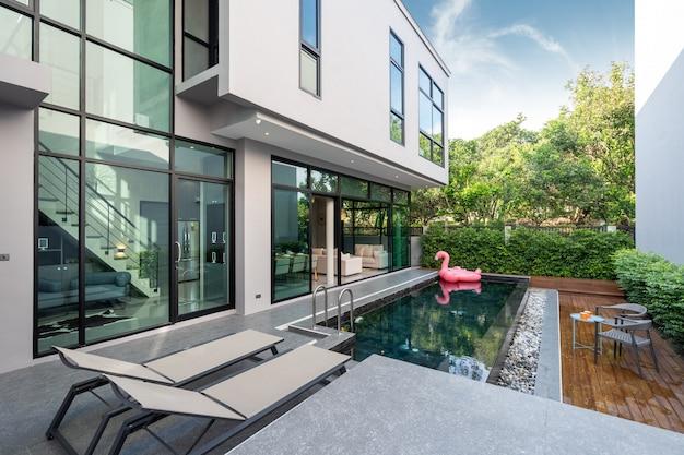 Terraza de la piscina y pato flotante rosa en la piscina infinita Foto Premium