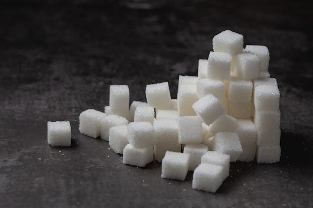 Terrón de azúcar blanco en la mesa. Foto gratis