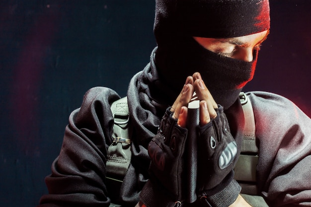 Terrorista rezando con un libro en sus manos Foto Premium