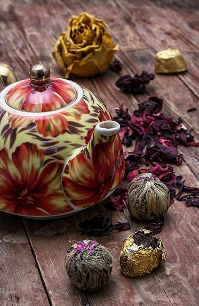 Tetera en el fondo de los tipos de té de élite Foto Premium