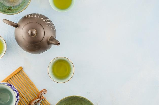 Tetera y tazas de té del chino tradicional aisladas en el fondo blanco Foto gratis